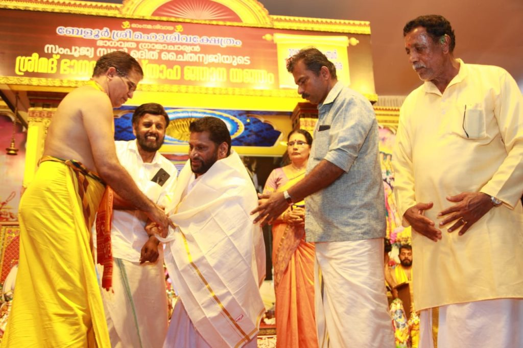 Receiving award from Sri samboojya swami uthichaythanyag